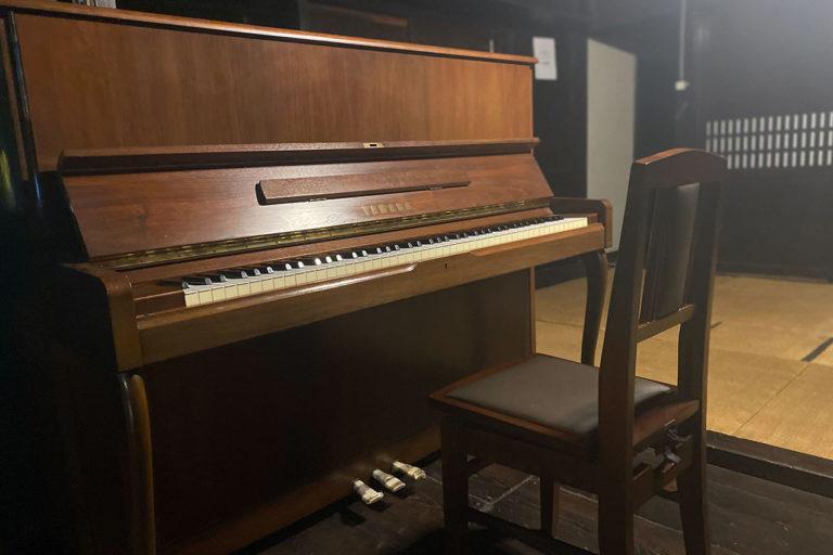 箕澤屋に木目調の素敵なピアノがやってきた
